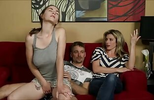 18-year-old camicie viola donne grasse tettone cazzo una bionda sul pavimento accanto al divano grigio