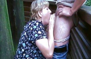 Bionda Sara Monroe sterline donne con tettone se stessa con un dildo enorme sul divano